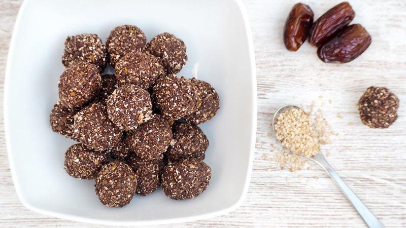 bolitas de avena y frutos secos saludables o snack saludable bombones proteícos saludables