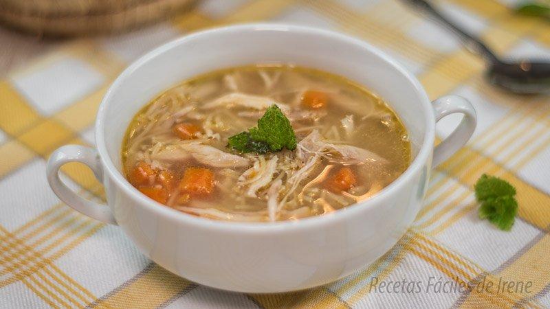 como se hac la sopa de pollo receta facil