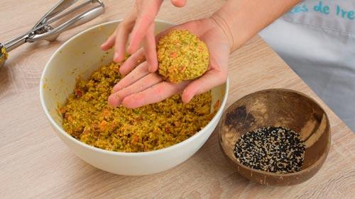 darle forma a la masa de falafel de lentejas