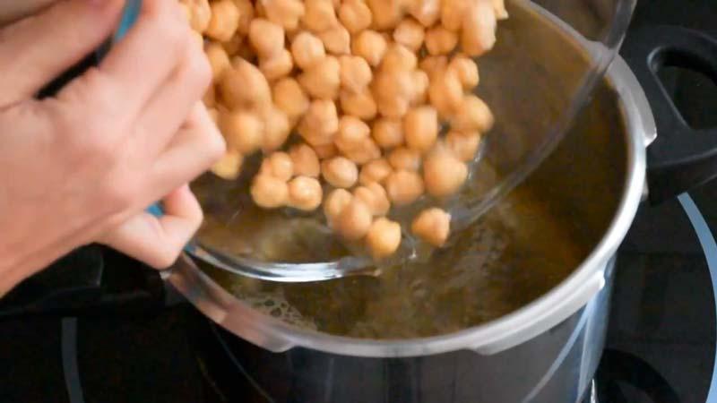 cocer los garbanzos para las 6 recetas de hummus