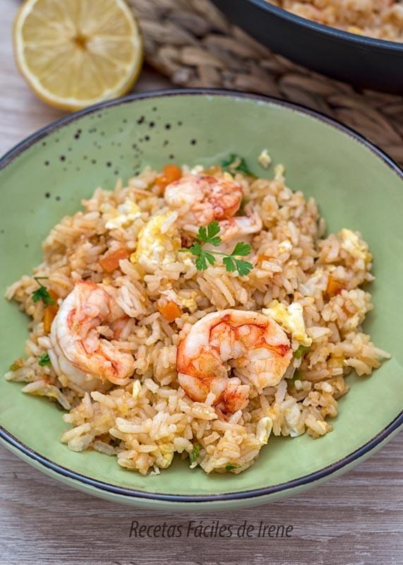 como hacer arroz frito con gambones y verduras al estilo thai