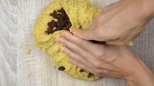 agregar las pasas a la masa de pan de espelta, cúrcuma y pasas