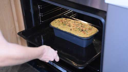 hornear el pan de espelta, cúrcuma y pasas